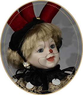 ピエロCP02アートギャラリーライフが管理しているビスクドールのうち、アンティークのピエロのような帽子をかぶっっている、にっこりと微笑むラフィングジュモーを使用した小ぶりなピエロをご紹介いたします。