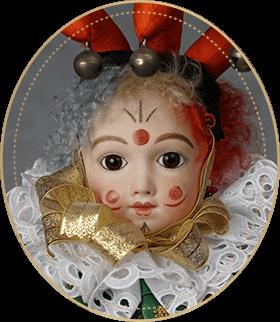 ピエロCP06アートギャラリーライフが管理しているビスクドールのうち、3色に染められたウィッグとすべてを見透かすような瞳が特徴的な、A・Tのヘッドを使用したピエロをご紹介いたします。