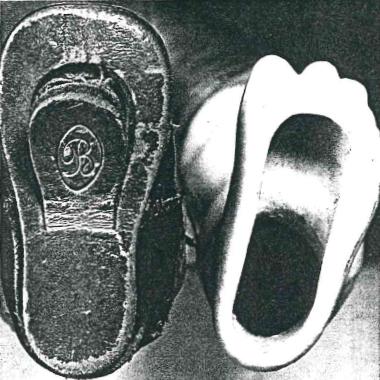 足の裏、靴の底には食べものを取り出す穴が開いている
