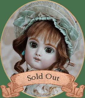 エデンベベE10アートギャラリーライフが管理しているビスクドールのうち、エデンベベらしい幼顔が生みだす知性的な表情と清楚で品のあるドレスが印象的なお人形をご紹介いたします。
